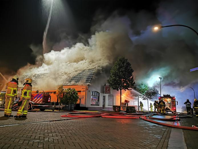 Het vuur in partycentrum Lara in Loil is overgeslagen naar de gelijknamige cafetaria.