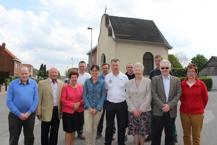 Marjoleine De Ridder en Geert Dirinck (centraal) samen met sympathisanten aan de Brielkapel in Eksaarde.