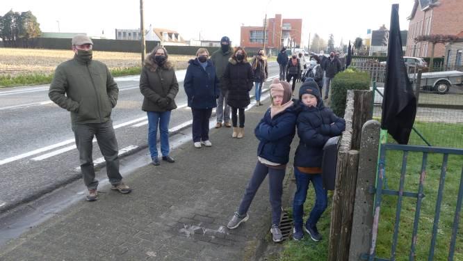 """Bewoners Leernsesteenweg hangen zwarte vlaggen aan de deur: """"Liever zone 50 dan onteigeningen"""""""