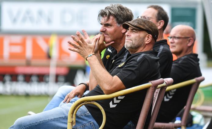 DVS-trainer Richard Plug (voorgrond) heeft nog een linksbenige speler nodig, maar ziet af van Kevin Westmaas.