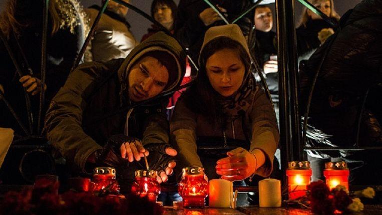 In Sint-Petersburg worden massaal kaarsjes gebrand om de slachtoffers te herdenken. Beeld getty