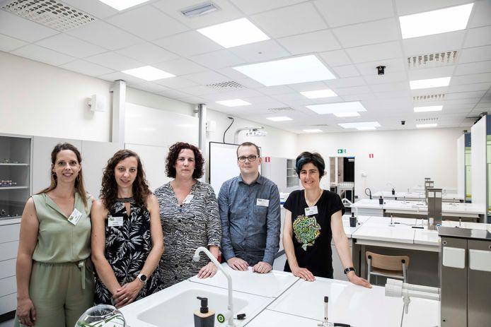 Leraren chemie in hun ultramoderne en nagelnieuwe labo's met zuurkasten en douches.