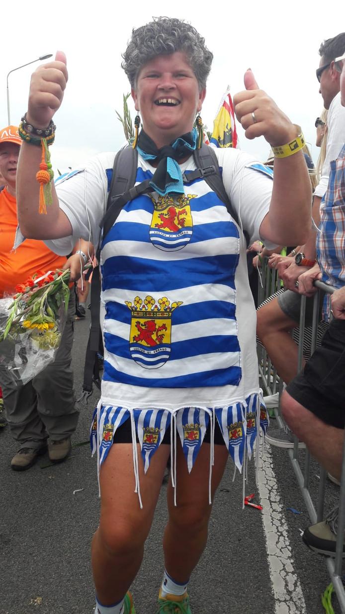 """Ellen Schipper (50) uit Rilland loopt voor de tiende keer en draagt een zelfgemaakte jurk van Zeeuwse vlaggen. """"Ik krijg veel complimenten. Mensen zeggen: 'wat mooi dat je Zeeland trots maakt'."""