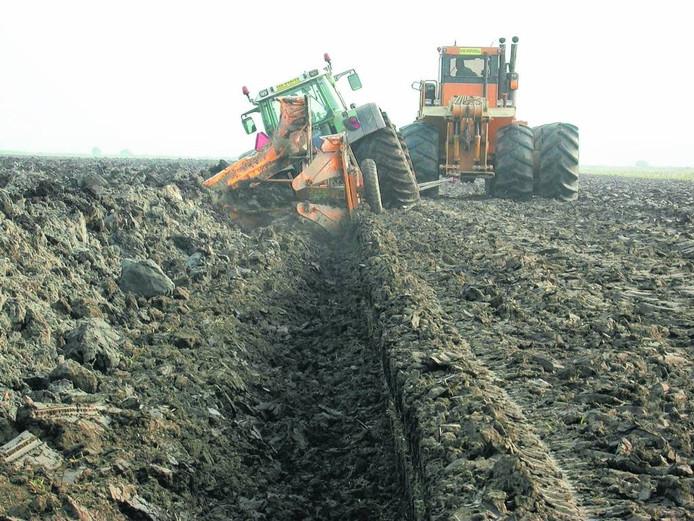 Grond in de Flevopolder wordt diep geploegd door zware landbouwmachines.