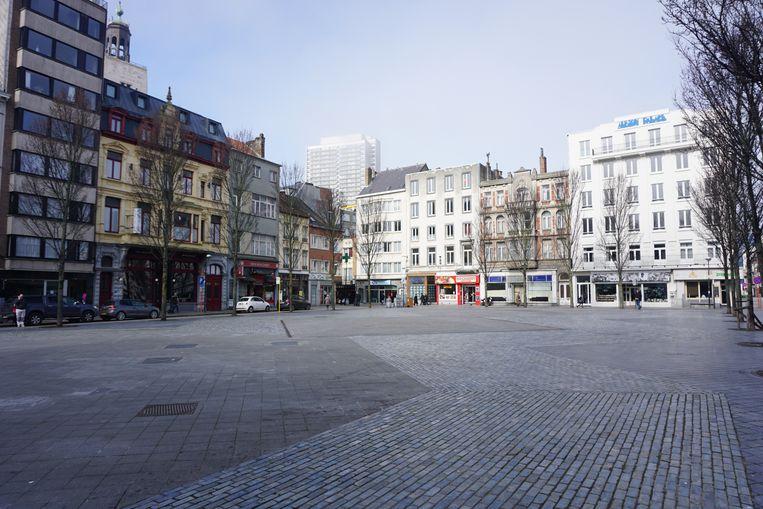 De Groentemarkt, één van de drie pleinen waar het op donderdagochtend normaal wemelt, ligt er intussen verlaten bij.