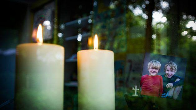 Kaarsjes branden voor het raam, ter nagedachtenis van de dode broertjes Ruben en Julian uit Zeist.