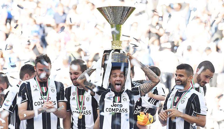 Dani Alves gaat voorop bij de festiviteiten van Juventus.  Beeld EPA
