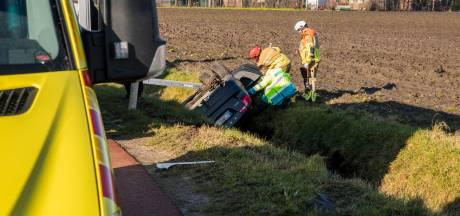 Auto belandt in de sloot in buitengebied Heerle