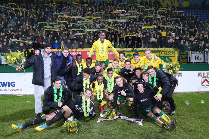 De spelers van Fortuna Sittard vieren de winst van de tweede periodetitel met hun fans.