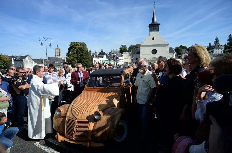 De houten Citroën werd zelfs gewijd door een priester.