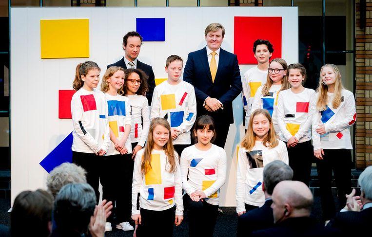 Koning Willem-Alexander en museumdirecteur Benno Tempel tijdens de opening van de tentoonstelling Piet Mondriaan en Bart van der Leck - De uitvinding van een nieuwe kunst. Beeld anp