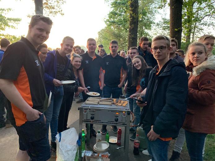 Een vorm van tegenprotest: barbecueën op het erf van de boer. Deze jonge boeren bakten onder meer speklapjes.