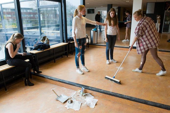 Leerlingen van het RSG Lingecollege in Tiel ruimen de rotzooi op na de uit de hand gelopen examenstunt van vanmiddag