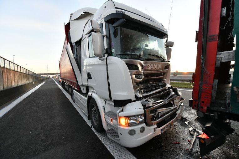 Twee van de die vrachtwagens moeten getakeld worden.