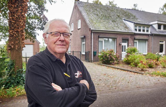 Jan Heesakkers uit Keldonk voor zijn geboortehuis aan de Sluisweg.