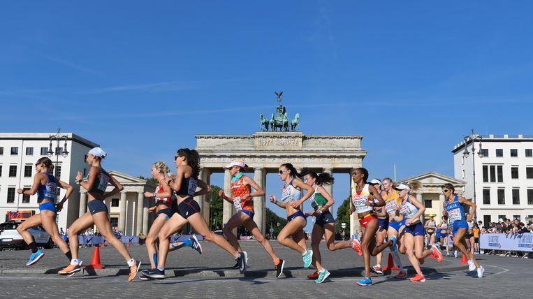 Andrea Deelstra (midden, met pet) dit jaar op de EK-marathon in het hete Berlijn. Beeld Hollandse Hoogte