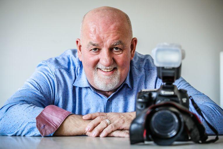 Jef Castelein met zijn fototoestel. Hij stopt met de website 'nieuwsbredene'.