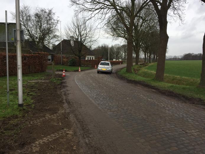 De deels op de weg geparkeerde auto van de boze bewoner aan de Hoolstraat in Berkel-Enschot. Door deze blokkade kon bouwverkeer niet passeren.