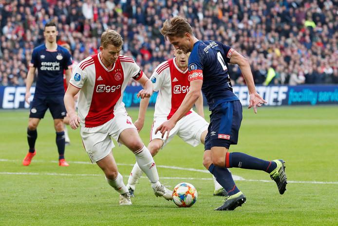 Luuk de Jong in duel met Matthijs de Ligt.