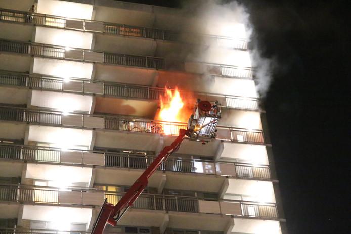 De vlammen sloegen uit de woning in de Stieltjesstraat