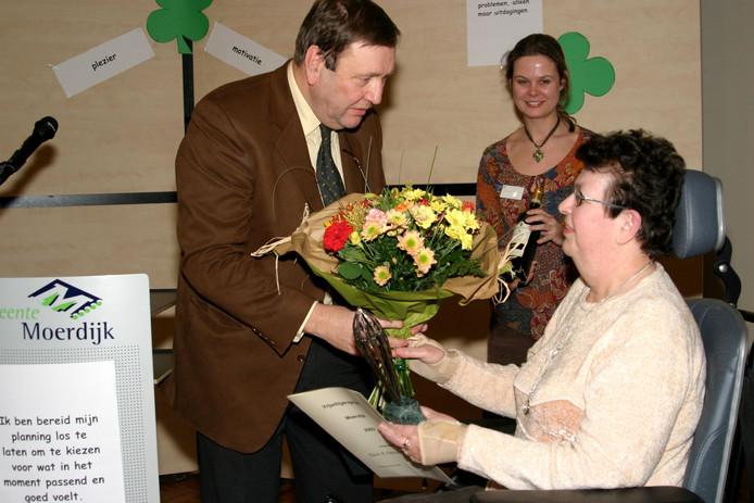 Vijftien jaar geleden kreeg Ria Neelen-Rijsdijk van Gehandicaptenplatform De Kernen de vrijwilligersprijs Moerdijk 2003 uit handen van burgemeester Henk den Duijn. Nu wordt het platform node gemist.