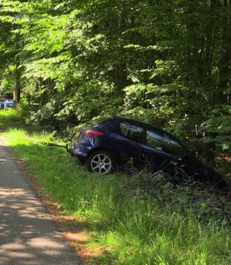Auto raakt van weg en ramt palen in Enschede, bestuurder gewond
