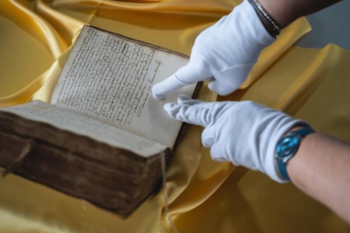 De dagboeken die Jan Francken bijhield in de laatste maanden van het leven van Johan van Oldenbarnevelt, zijn te zien in Museum Flehite.