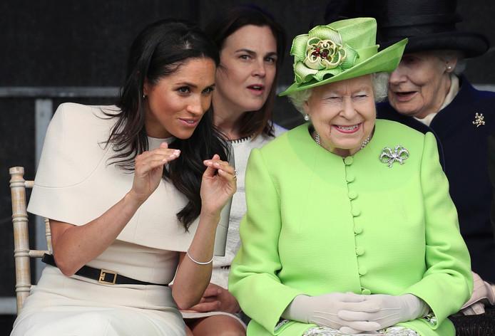 Queen Elizabeth II en Meghan houden een praatje.