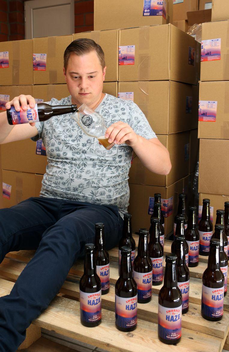 Stijn Aerts schenkt een biertje in.