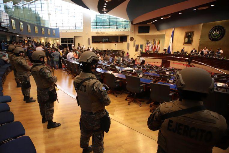 Samen met het leger heeft de president van El Salvador zondag het parlement een tijd bezet.