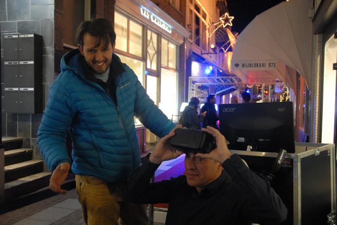 Opticien Martin van Warmerdam heeft de virtual realitybril opgezet in het bijzijn van Joost Suidgeest.