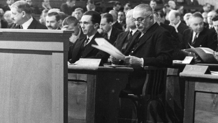 Joseph Goebbels, de nazi-minister van Propaganda (midden), bezoekt de Volkenbond in 1933. Beeld anp