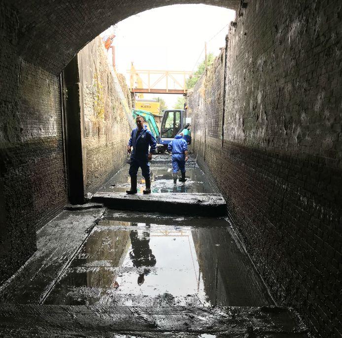 De Keenesluis staat droog om de restauratiewerkzaamheden uit te kunnen voeren. De bruine streep op de wanden geeft aan tot waar het waterniveau heeft gestaan. De boog op de foto is de brug waarover de Barlaaksedijk ligt. Deze brug is later gebouwd dan de sluis, die 249 jaar geleden werd aangelegd.