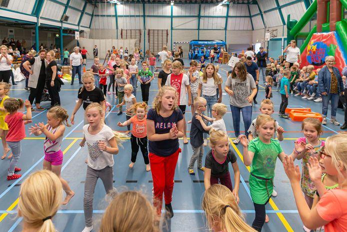 Buitenspeeldag in de sporthal van De Burght, waar de jeugd droog kon spelen.