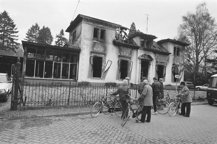 Belangstellenden bekijken na de brand de ruïne van het gebouw Jeugdland.