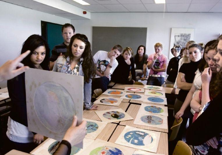 Eerstejaars pabo-studenten in Tilburg bekijken kindertekeningen. De les gaat over het benaderen van jonge kinderen. (FOTO KOEN VERHEIJDEN) Beeld