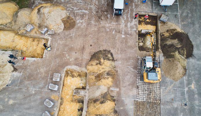 Op negen plekken achter de Berchplaets in Berghem werd een proefsleuf gegraven voor archeologisch onderzoek.