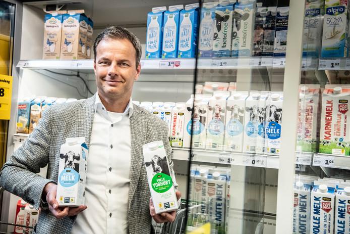 In samenwerking met Dierenbescherming, Natuur&Milieu en de Vogelbescherming verkoopt Jumbo vanaf vandaag yoghurt en melk met het Beter Leven keurmerk. Olaf de Boer, commercieel directeur van de supermarktketen, laat de nieuwe producten zien.