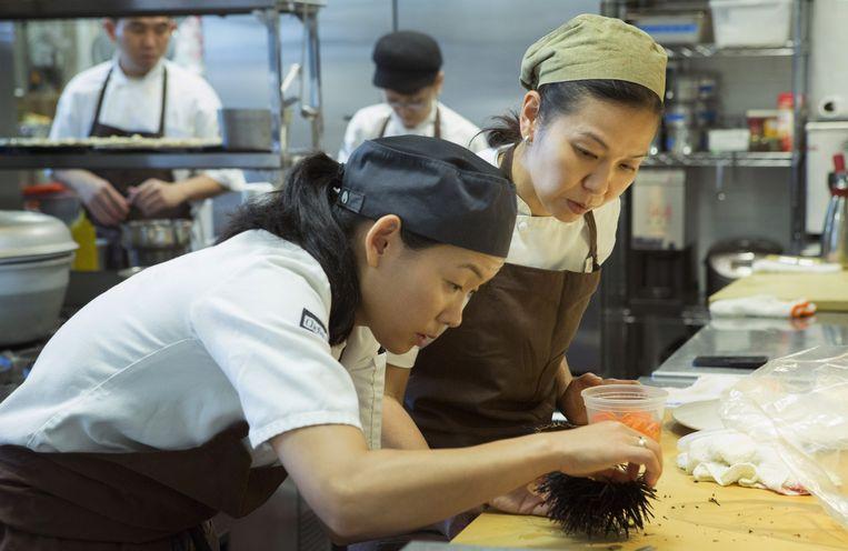 De Japanse chef Niki Nakayama in actie. Beeld Netflix