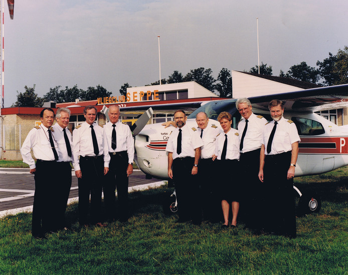 Het Bali-Team in 1994 op vliegveld Seppe. Vlnr Ger van Andel, Henk van Gils, Wil van Spaandonk, Joost Logeman, Gerard van Dijnsen, Dries van Ommeren (regelde alles aan de grond), Lia Damen, Frans Luxembourg en Harm Swen.