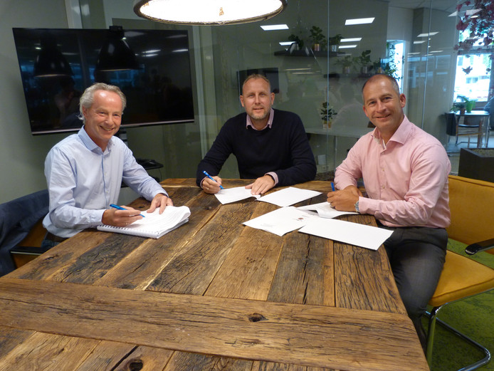 Ondertekening door (vlnr) Maarten Fontein (ALL IN Projects), Jeroen Kroese (Sallcon) en Henry Joustra (Joustra Herstoffering)