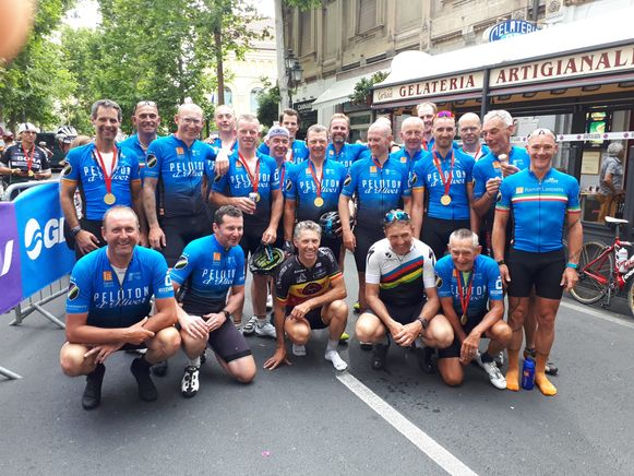 De West-Vlaamse wielertoeristen poseren na hun bijna 300 km tussen beide Italiaanse steden.