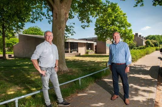 Buurtadviseur Henk de Laat (links) en wethouder Jan Goijaarts voor het wijkgebouw van de Bloemenwijk aan de Papaverstraat. Hier is ook de nieuwbouw gepland.