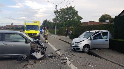 Stevige frontale botsing in Pervijze met drie betrokken voertuigen