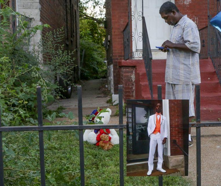 Dennis Ball-Bey, de vader van Mansur, op de plek waar de jongen werd doodgeschoten.