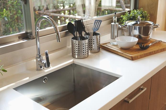 De keuken schoon en de gootsteen ook weer schoon. Hoe doe je dat? Marja Middeldorp weet raad.