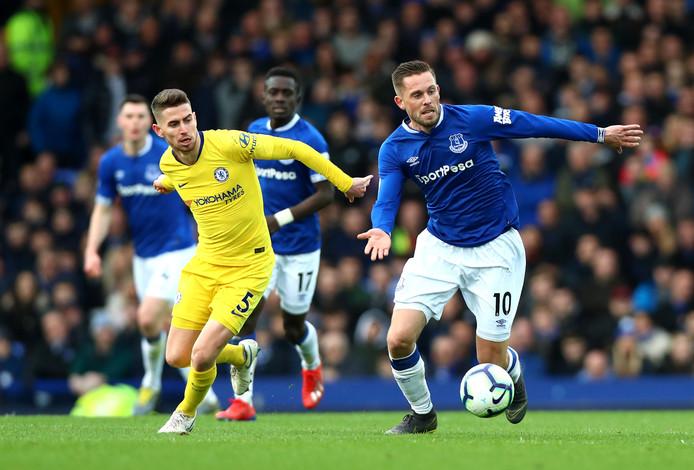 Jorginho in de achtervolging op Gylfi Sigurdsson, maker van de 2-0 voor Everton.