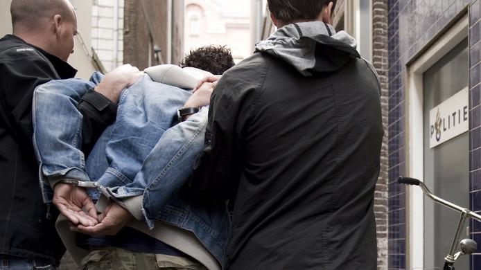 Insluiper wordt aangehouden door politie.