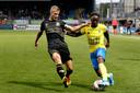 Wout Droste (l) namens Go Ahead Eagles in duel met Cambuur-aanvaller Issa Kallon.