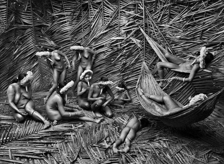 Vrouwen van de Zo'é-stam in het Amazonewoud in Brazilië. Beeld Photographs by Sebastião SALGADO / Amazonas images